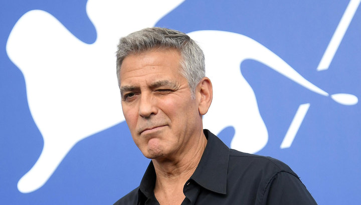 На Сардинии Джордж Клуни на скутере врезался в автомобиль