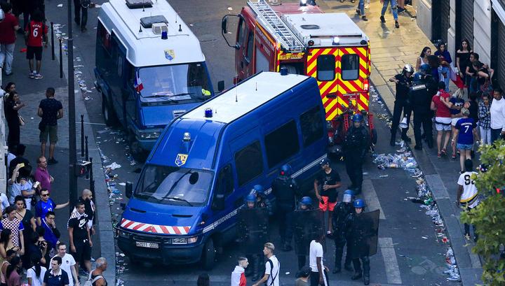 В Париже полиция применила слезоточивый газ против хулиганов, громивших витрины магазинов
