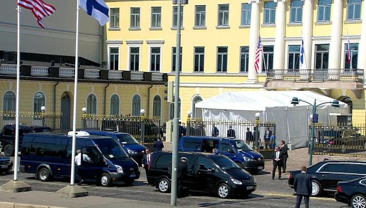 "Путинский ""Кортеж"" припарковался у президентского дворца в Хельсинки"