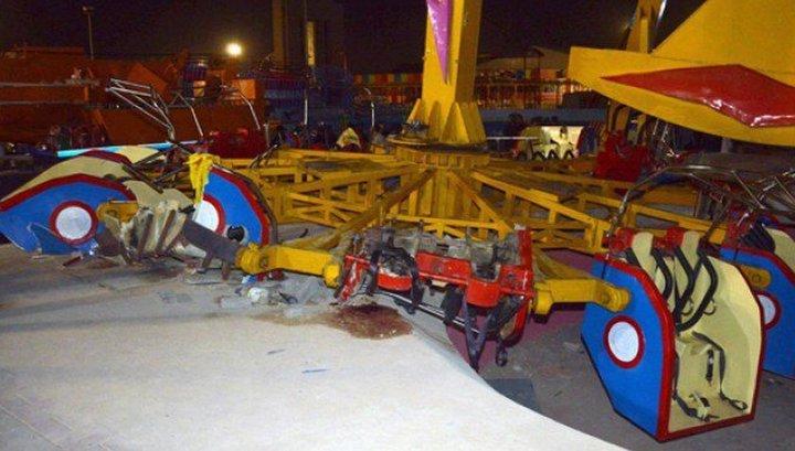 Маятник с людьми рухнул в недавно открывшемся парке развлечений в Карачи