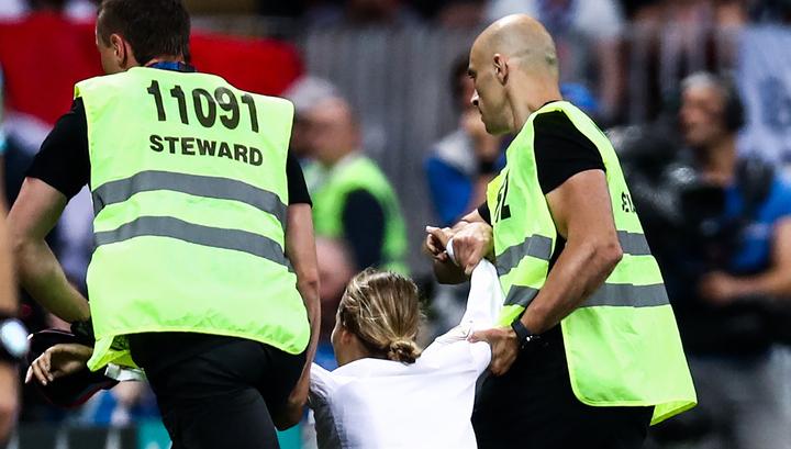 Участница Pussy Riot, выбежавшая на футбольное поле, получила 15 суток