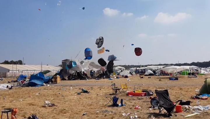 Налетевший вихрь поднял в небо палаточный городок на фестивале в Германии