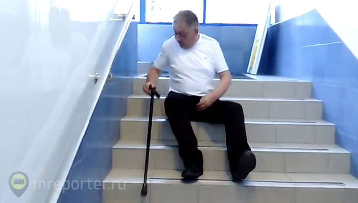 В Расчетном центре Тюмени инвалид вынужден ползти по лестнице. Видео