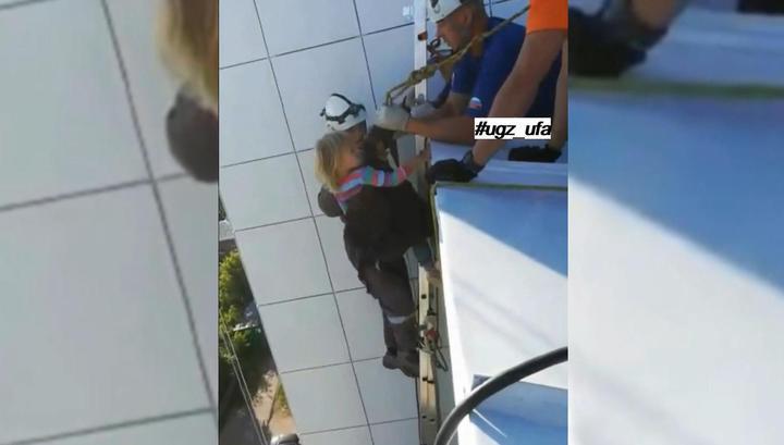 Трехлетняя девочка провела ночь на козырьке балкона на 14-м этаже в Уфе