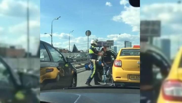 Столичный инспектор на мотоцикле силой остановил пьяного таксиста