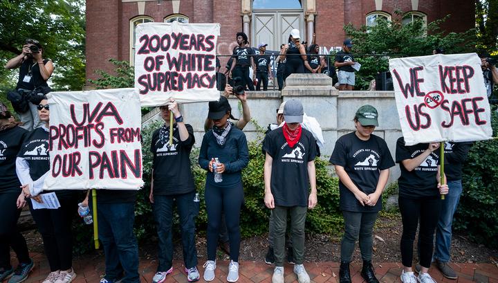 В американском Шарлотсвилле сотни студентов вышли на демонстрацию