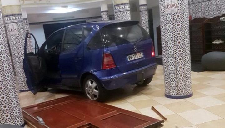 Водитель въехал во французскую мечеть на машине и сбежал