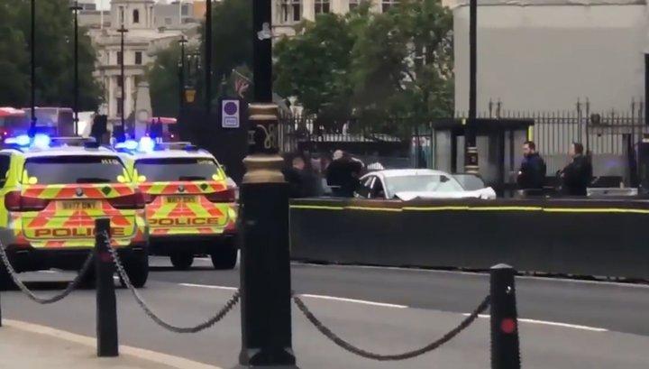 Наезд автомобиля на пешеходов у здания британского парламента попал на видео