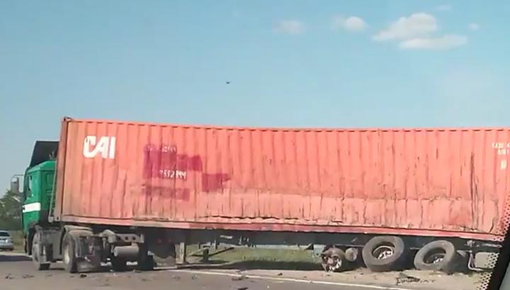 Смертельное ДТП в Краснодарском крае произошло из-за слетевшего тента. Видео