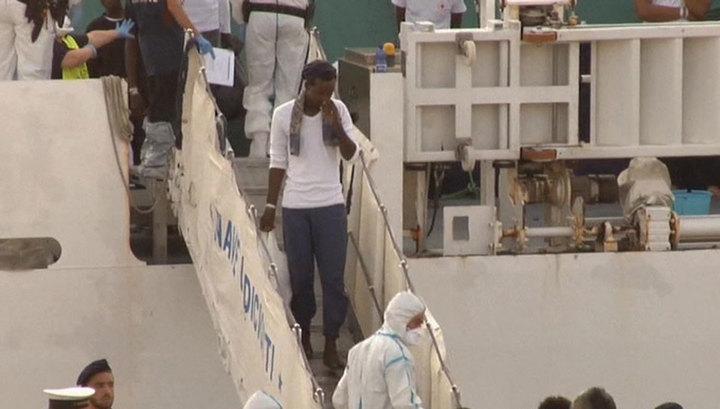 В ближайшие часы блокированных на судне мигрантов могут пустить на берег