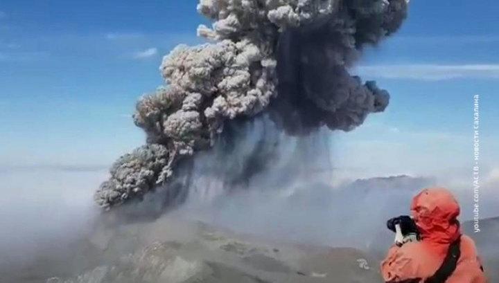 Вулкан Эбеко устроил в Северо-Курильске пургу из пепла и камнепад