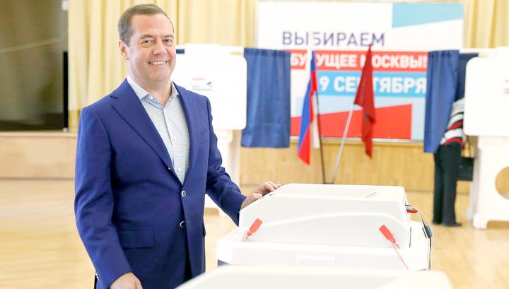 Медведев проголосовал в школе в Раменках