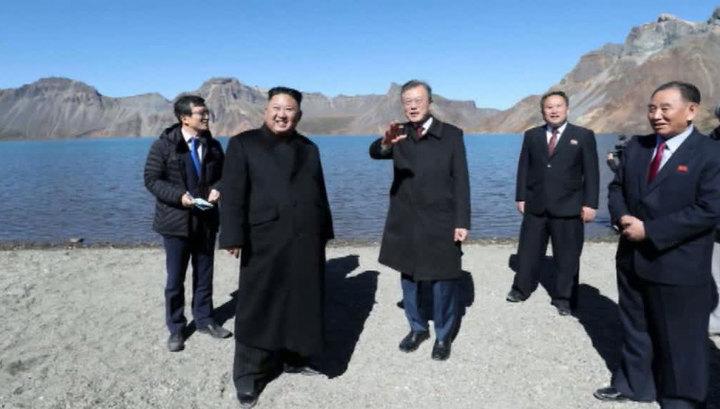 Лидеры двух Корей полюбовались на Небесное озеро с горы Пэктусан