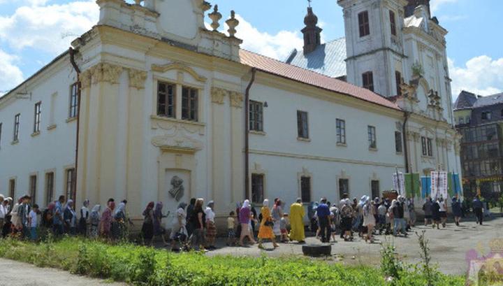 Взломали двери, избили верующих: на Украине захвачен Свято-Троицкий храм