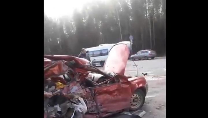 Два человека погибли в результате столкновения легковушек и фуры в Кировской области