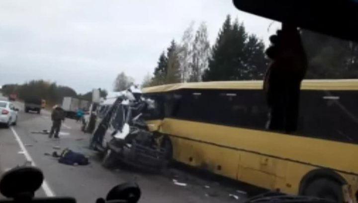 Лобовое столкновение под Тверью: микроавтобус вынесло на встречную
