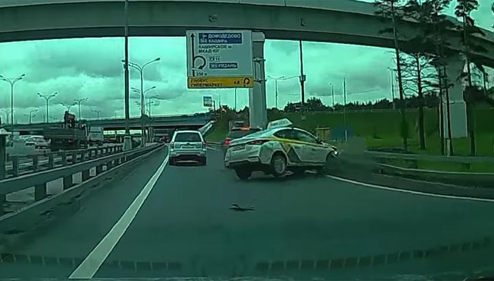 «Жму на газ и никого не вижу»: авария на МКАДе с участием такиста попала на видео