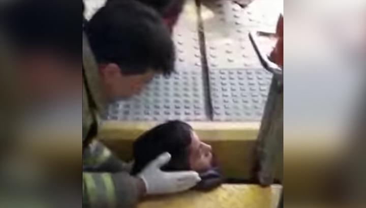 Спасение застрявшего между поездом и платформой аргентинца сняли на видео
