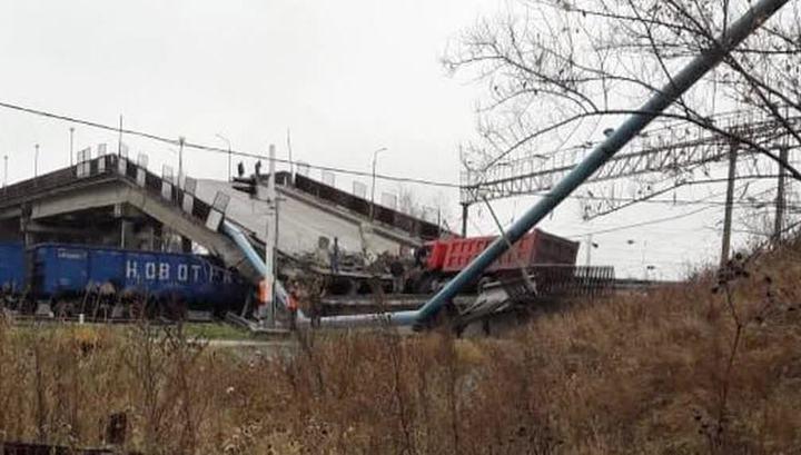 Мост с многотонным грузовиком рухнул через секунды после прохождения тяжелого состава