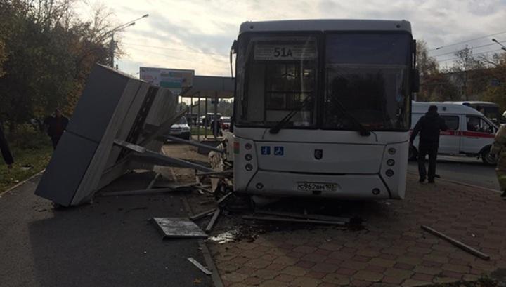 Двенадцать пострадавших: автобус врезался в остановку в Уфе. Видео
