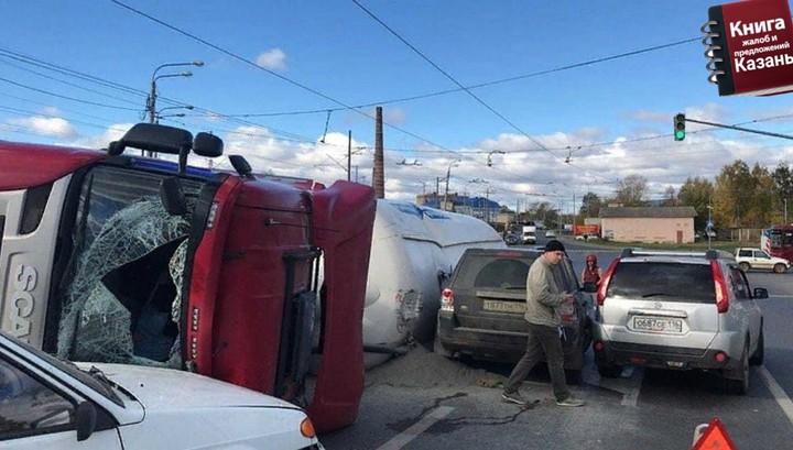 Момент падения автоцистерны на Кировской дамбе в Казани попал на видео