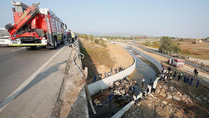 Не менее 15 нелегальных мигрантов с детьми погибли в автокатастрофе в Турции