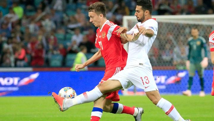 Российские футболисты обыгрывают Турцию после первого тайма