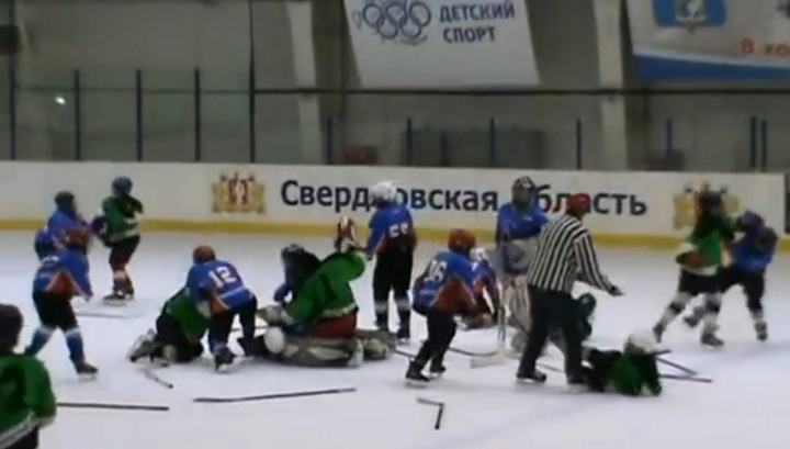 Юные хоккеисты устроили массовую драку в Свердловской области