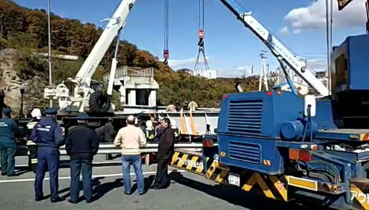4 крана поднимают виадук, обрушившийся на трассу во Владивостоке