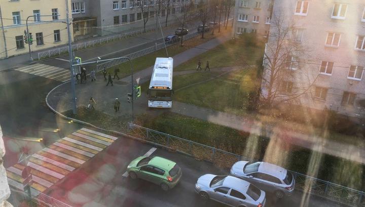 Водитель питерского автобуса по просьбе пассажиров устроил заезд по тротуару