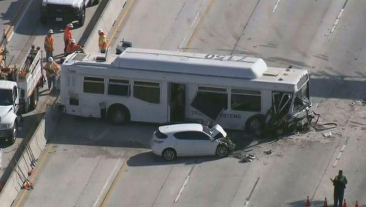 Массовая авария с участием автобуса в Калифорнии попала на видео