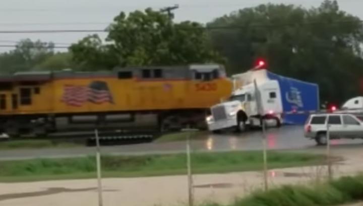 В Техасе поезд сбил вставший на переезде грузовик. Видео