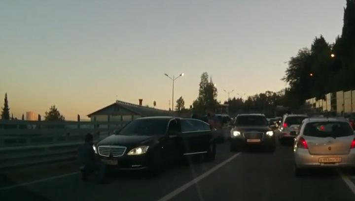 Водитель Mercedes спровоцировал смертельное ДТП с мопедом в Сочи. Видео