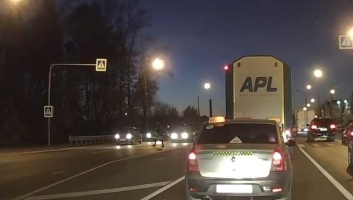Регистратор запечатлел гибель пешехода под колесами легковушки в Рязани