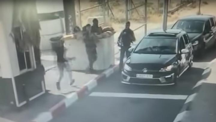 С ножом на автоматические винтовки: опубликовано видео нападения террориста на израильских солдат
