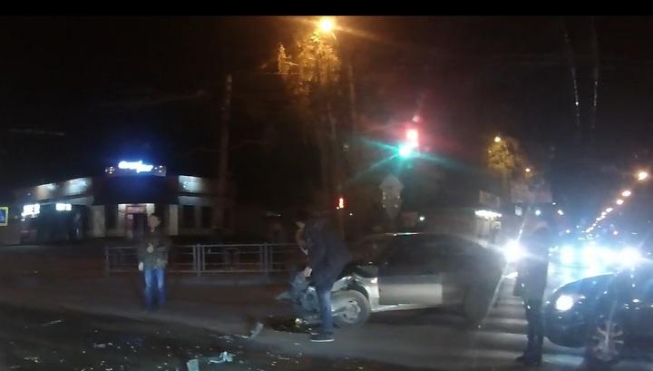 Mercedes едва не снес пешехода после ДТП в Томске. Видео