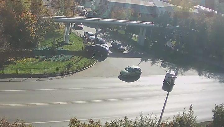 В Котельниках кроссовер протаранил ограждение и вылетел на газон. Видео
