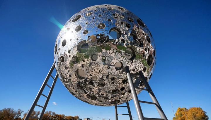 В Москве на Шелепихинской набережной водрузили 4-метровую Луну