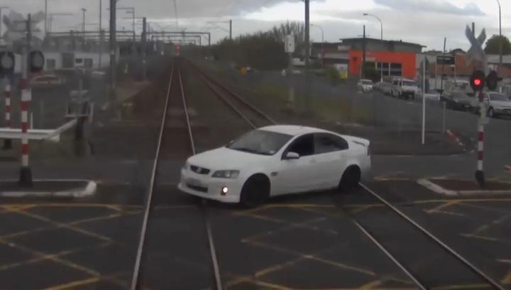 Новозеландский нарушитель не успел проскочить через переезд перед поездом. Видео