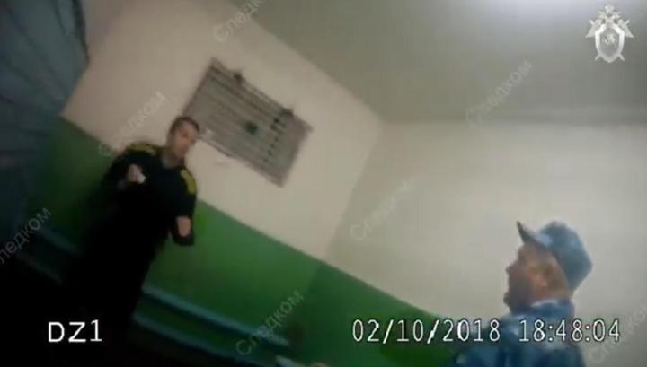 Заключенный сломал нос пытавшемуся вывести его из ШИЗО конвоиру