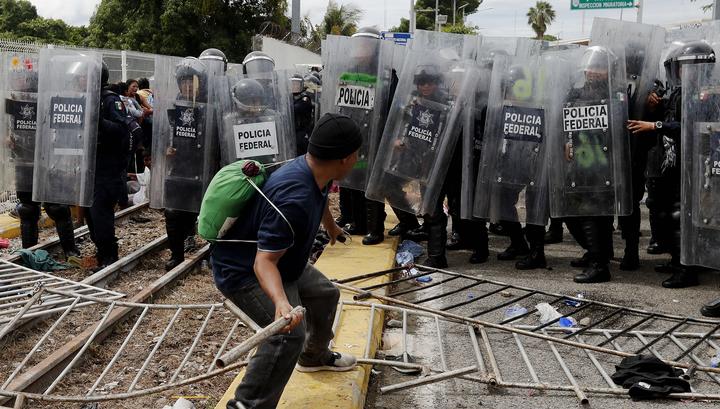 Число раненых при столкновениях мигрантов и полиции на пути в Мексику возросло до 15