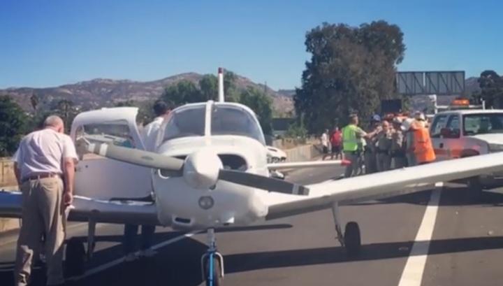 Пилот успешно посадил неисправный самолет на оживленную трассу в США. Видео