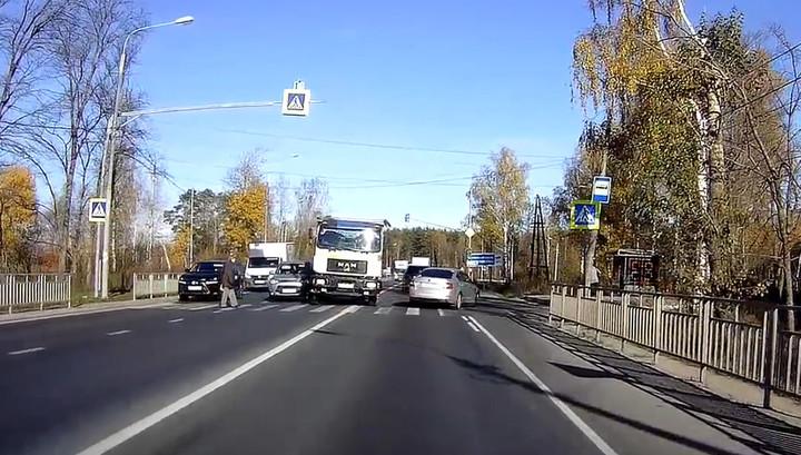 В Подмосковье грузовик попал в аварию и едва не задавил пешехода. Видео
