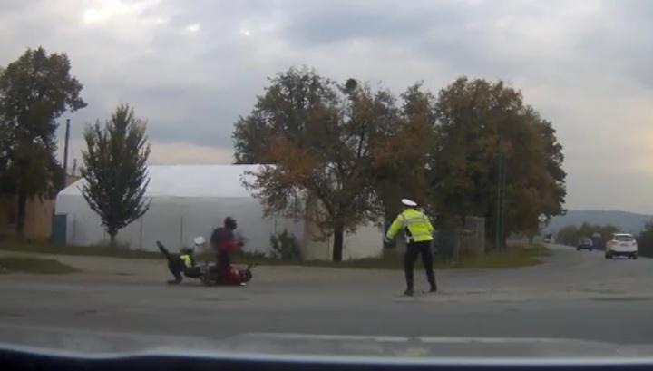 Чешский байкер снес полицейского, попытавшегося его остановить. Видео