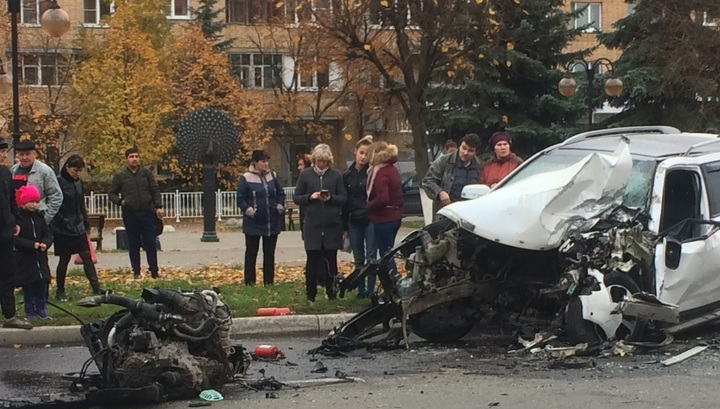 Кроссовер лишился двигателя после столкновения с автобусом в Серпухове. Видео