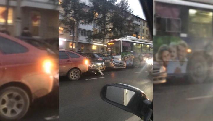Троллейбус протаранил семь машин в Кемерове