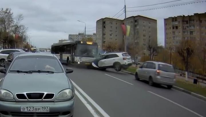 Появилось новое видео столкновения автобуса и кроссовера в Подмосковье