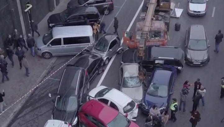 Автокран с отказавшими тормозами протаранил в Киеве 17 автомобилей. Видео
