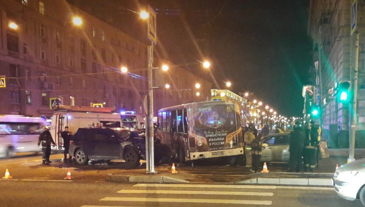 Появилось видео столкновения BMW и маршрутки в Петербурге, где пострадали 4 человека