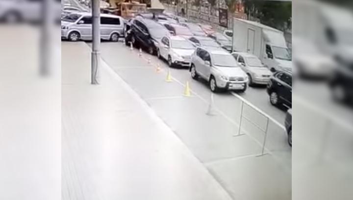 Опубликовано видео момента аварии с участием автокрана и 17 автомобилей в Киеве